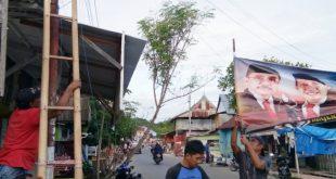 Sempat Tertiup Angin, Warga Tanjung Batu Pasang Ulang Spanduk Kampung Pendukung AST-Aris